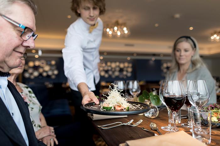 Servering på restaurang Hook