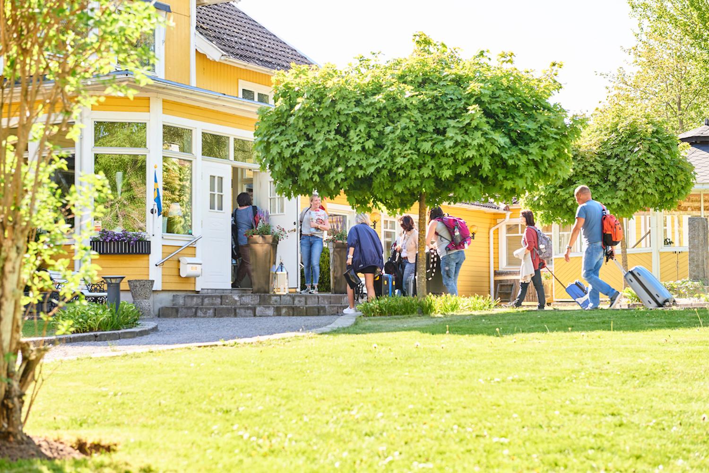 gäster anländer till hotell Björkhaga, Mullsjö