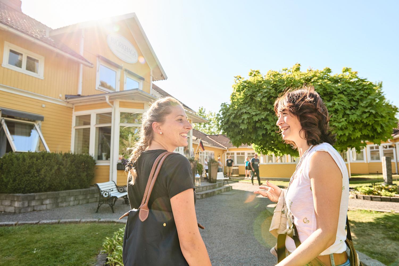 Utländska turister framför Hotell Björkhaga i Mullsjö