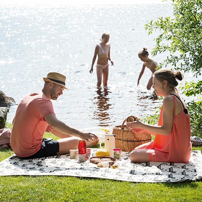 Familj har picknick vid sjö  i Småland