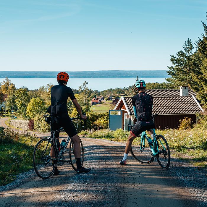 Cyklister tittar ut över Småland